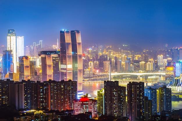 Panoramisch stadslandschap, mooie nachtmening van chongqing-stad in china