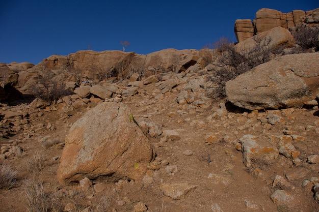 Panoramisch uitzicht baga gazriin chuluu, mongools, rotsformatie en gestapelde stenen in nationaal park mongolië