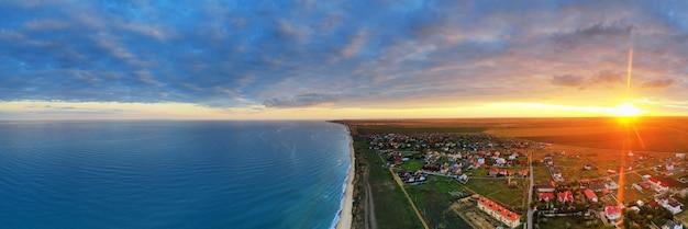 Panoramisch uitzicht in de zonsopganghemel.