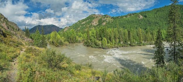Panoramisch uitzicht op bergdal met rivier