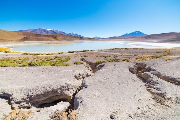 Panoramisch uitzicht op bevroren zout meer op weg naar de beroemde zoutvlakte van uyuni
