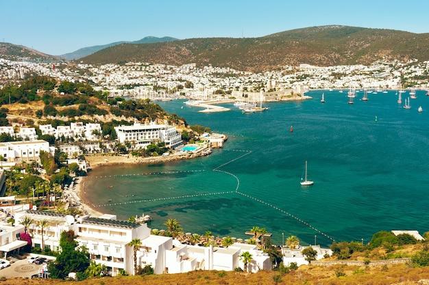 Panoramisch uitzicht op bodrum, turkije en sint peter kasteel, jachthaven, zomerlandschap, reisbestemming