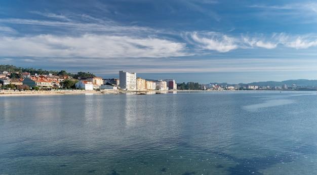 Panoramisch uitzicht op compostela strand, vilagarcia de arousa, pontevedra, spanje. toeristische plaats van galicië