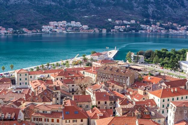 Panoramisch uitzicht op de baai van kotor (boka kotorska) en de stad kotor, montenegro
