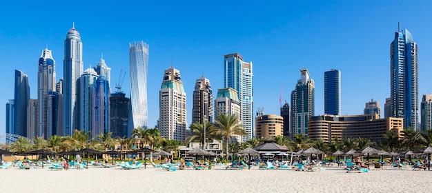 Panoramisch uitzicht op de beroemde wolkenkrabbers en het strand van jumeirah in dubai. vae