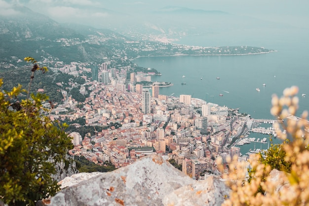 Panoramisch uitzicht op de gebouwen van de havenbaai van monaco en de zeekust vanaf de bergtop