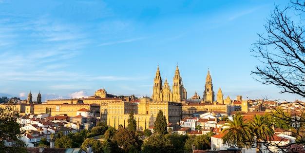 Panoramisch uitzicht op de kathedraal van santiago de compostela in spanje - gouden uur