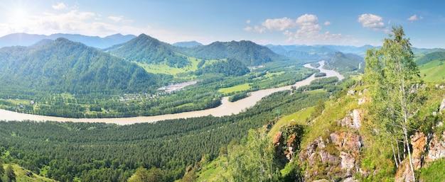 Panoramisch uitzicht op de katun-riviervallei in het altai-gebergte, de zon schijnt