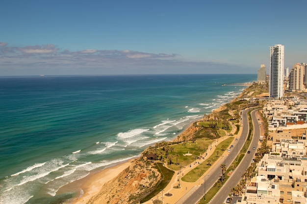 Panoramisch uitzicht op de kust in zonnige dag. netanya stad, israël