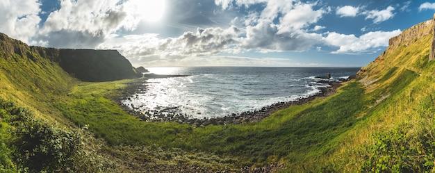 Panoramisch uitzicht op de kustlijn van noord-ierland.