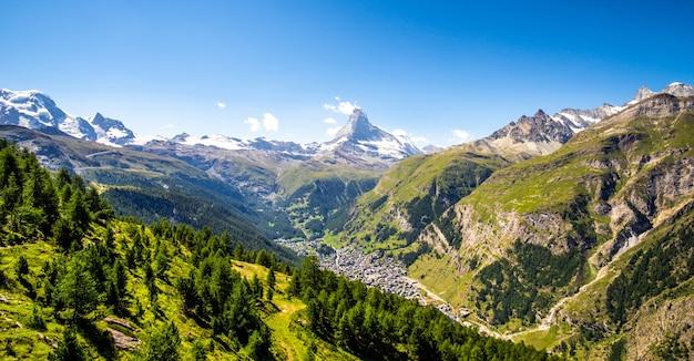 Panoramisch uitzicht op de matterhorn-vallei