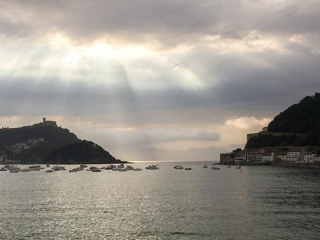 Panoramisch uitzicht op de oceaan en de oceaan van de stad in de avond. san sebastian. spanje.