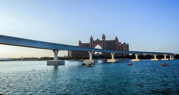 Panoramisch uitzicht op de onlangs geopende eet- en entertainmentbestemming the pointe aan het water van palm jumeirah in dubai
