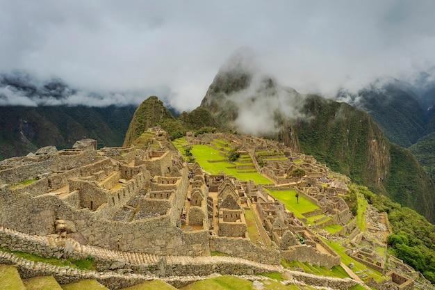 Panoramisch uitzicht op de oude ruïnes van machu picchu