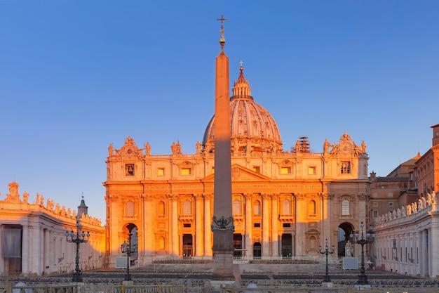 Panoramisch uitzicht op de pauselijke basiliek van st. peter in het vaticaan of de sint-pietersbasiliek bij zonsopgang in rome, italië.