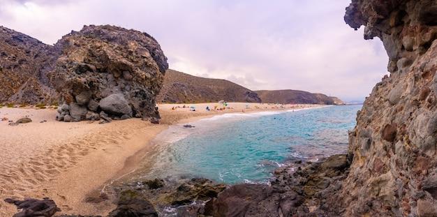 Panoramisch uitzicht op de playa de los muertos in het natuurpark van cabo de gata, nijar, andalusië. spanje