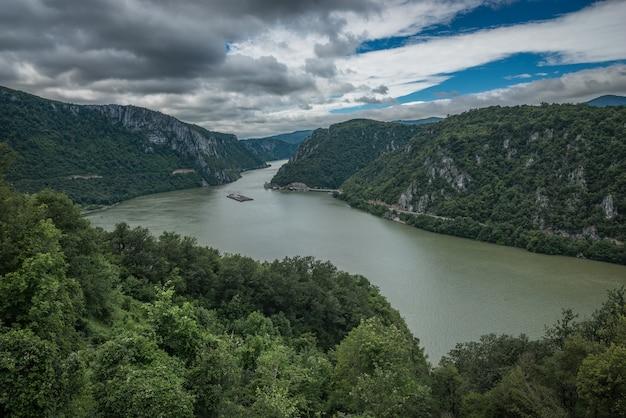Panoramisch uitzicht op de rivier de donau van golo brdo, servië