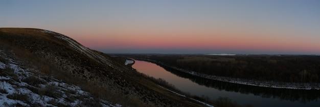 Panoramisch uitzicht op de rivier vanaf de klif. avondlucht na zonsondergang.