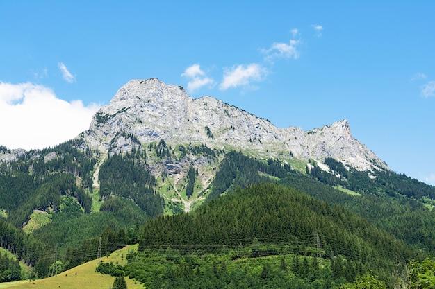 Panoramisch uitzicht op de rotsachtige toppen van de alpine bergen tegen de hemel. landschap concept