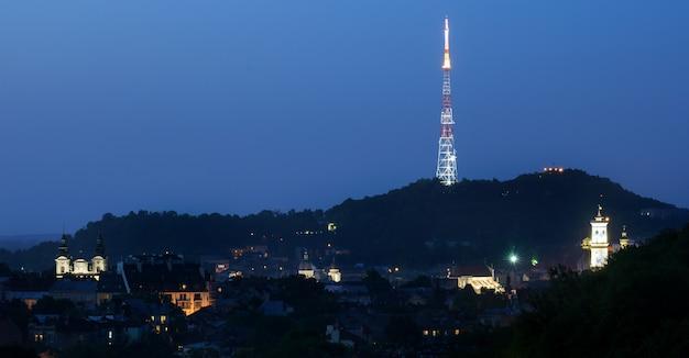 Panoramisch uitzicht op de skyline van lviv stad centrum 's nachts
