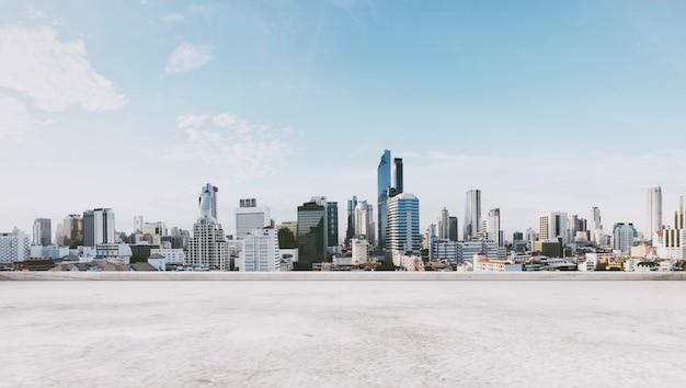 Panoramisch uitzicht op de stad met lege betonnen vloer, voor kopie ruimte