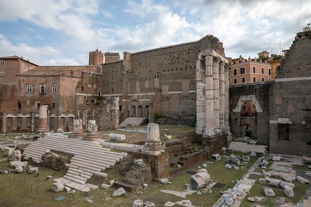 Panoramisch uitzicht op de tempel van mars ultor was een oud heiligdom in het oude rome en het forum van augustus is een van de keizerlijke fora van rome. zomerdag en blauwe lucht