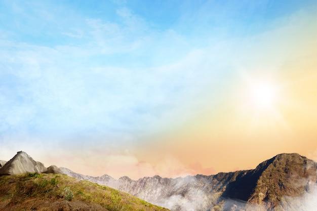 Panoramisch uitzicht op de top van de berg met wolken mist