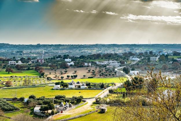 Panoramisch uitzicht op de vallei van de italiaanse stad locorotondo