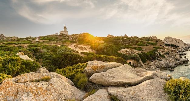 Panoramisch uitzicht op de vuurtoren in capo testa bij zonsondergang, sardinië.