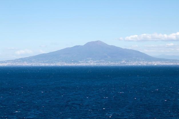Panoramisch uitzicht op de zee en de vulkaan op de zonnige dag. italië.