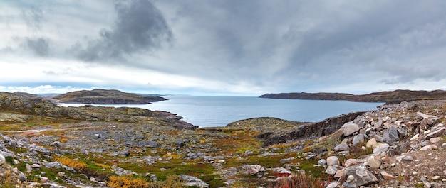 Panoramisch uitzicht op de zeebaai en rotsachtige kusten bij eb. verre noorden, barentszzee in rusland.