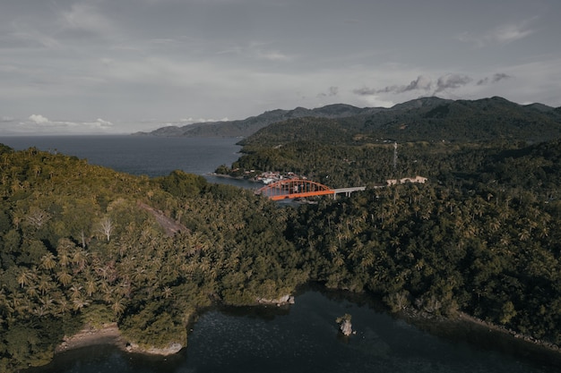 Panoramisch uitzicht op een klein kustplaatsje op een eiland in de filipijnen