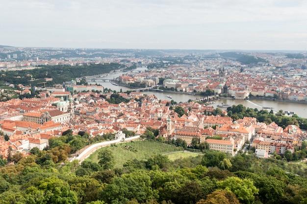 Panoramisch uitzicht op een zonnige dag van de stad praag, tsjechië.