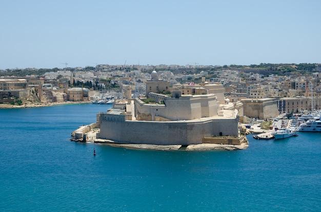 Panoramisch uitzicht op fort st. angelo in malta
