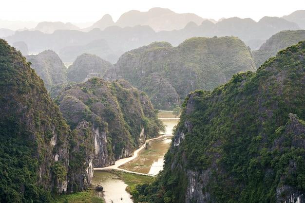 Panoramisch uitzicht op hang mua berg
