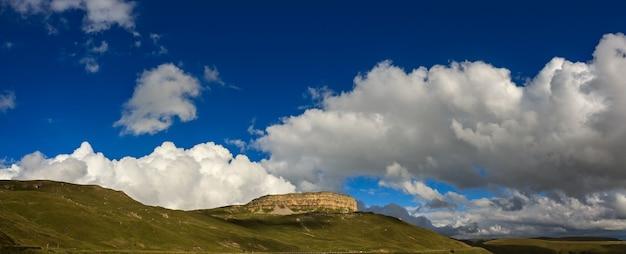 Panoramisch uitzicht op het bergplateau in de wolken in de zomer, noord-kaukasus in rusland.