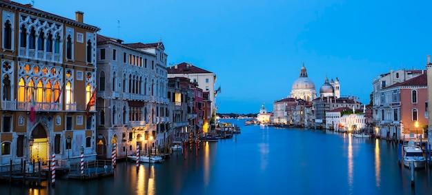 Panoramisch uitzicht op het canal grande en de basiliek santa maria della salute