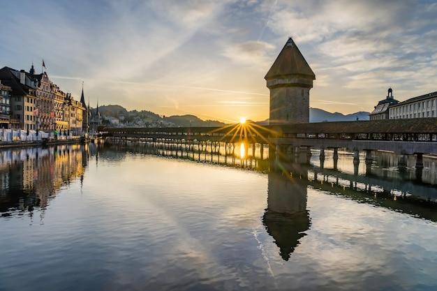 Panoramisch uitzicht op het centrum van luzern met de beroemde kapelbrug en het meer van luzern