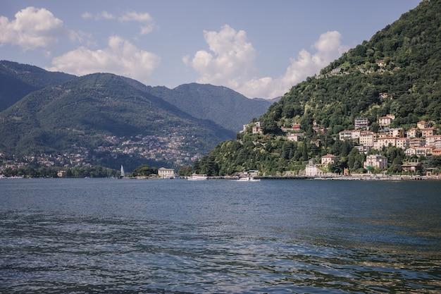 Panoramisch uitzicht op het comomeer (lago di como) is een meer van glaciale oorsprong in lombardije, italië. zomerdag en dramatische blauwe lucht