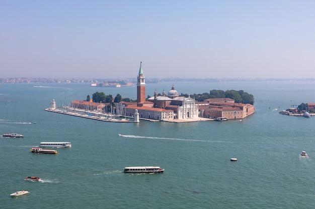Panoramisch uitzicht op het eiland san giorgio maggiore vanaf de campanile van san marco. landschap van zomerdag en zonnige blauwe lucht