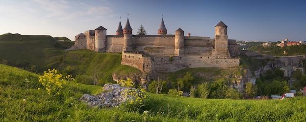 Panoramisch uitzicht op het oude kasteel in kamianets podilskyi, oekraïne