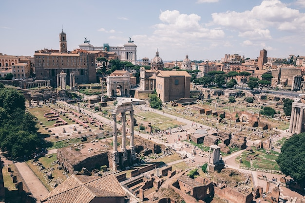 Panoramisch uitzicht op het romeinse forum, ook bekend onder forum romanum of foro romano vanaf de palatijn. het is een forum omringd door ruïnes van oude overheidsgebouwen in het centrum van de stad rome