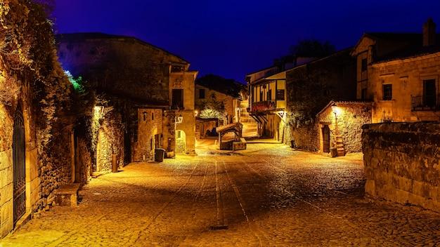 Panoramisch uitzicht op het stenen dorp met stenen huizen in de schemering. santander, santillana del mar.