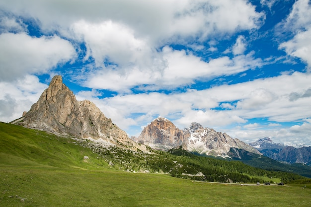 Panoramisch uitzicht op idyllisch berglandschap in de alpen met verse groene weiden in bloei op een mooie zonnige dag in de lente, nationaal park berchtesgadener land, beieren, duitsland