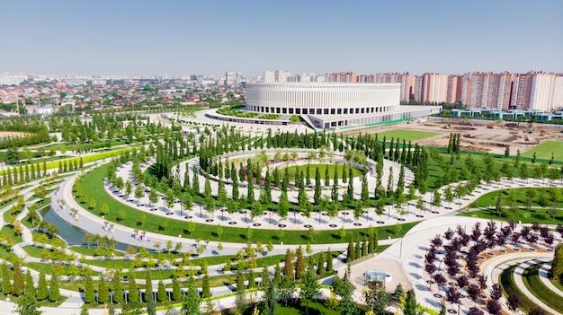 Panoramisch uitzicht op krasnodar stadion, in de zomer. schieten met de drone