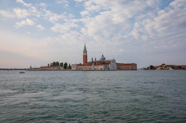 Panoramisch uitzicht op laguna veneta van de stad venetië en weg san giorgio maggiore island. landschap van zomerochtend en dramatische blauwe lucht