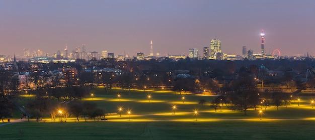Panoramisch uitzicht op londen vanaf primrose hill park in de schemering.
