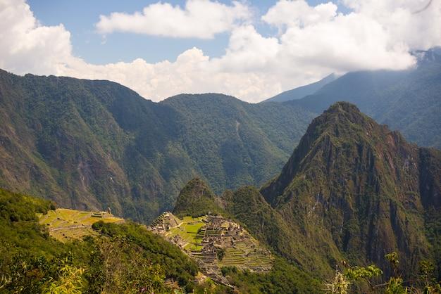 Panoramisch uitzicht op machu picchu, verlicht door middagzonlicht, van de inca trail naar de sun gate.