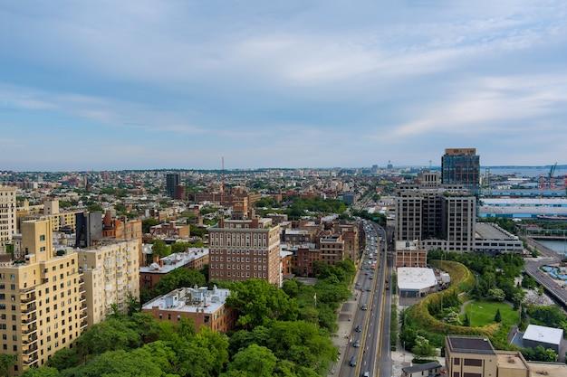 Panoramisch uitzicht op new york city met skyline-gebouwen in het centrum van brooklyn