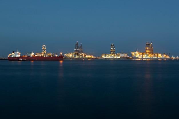 Panoramisch uitzicht op olieplatforms in de zee.